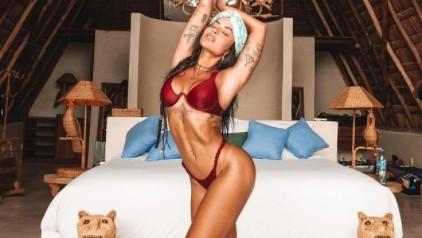 Aline Riscado aposta em look provocante e ostenta shape saradíssimo