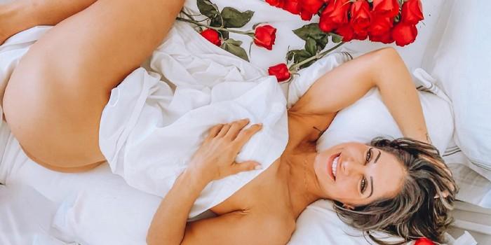 Mayra Cardi anuncia nova promoção com look picante na cama