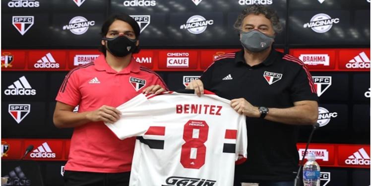 Benitez é apresentado ao São Paulo e recebe a camisa 8
