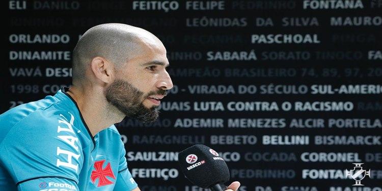 Goleiro Vanderlei é apresentado em São Januário