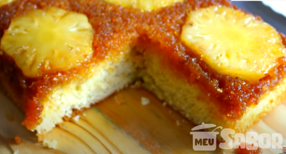 Que tal aprender a fazer um delicioso bolo caramelado com abacaxi? Confira essa receita super fácil!