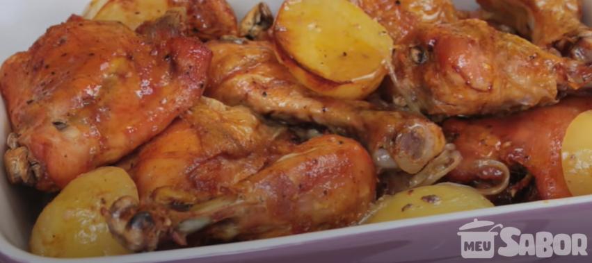 Use os cortes de frango para fazer uma deliciosa receita com batatas e mandioca!