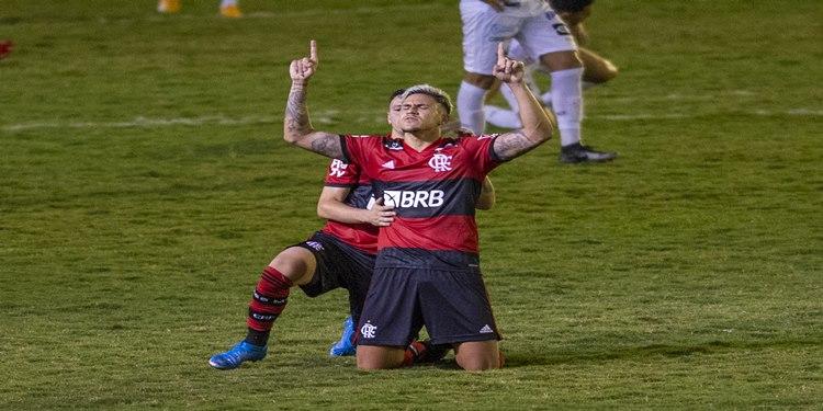 Flamengo empata com a Portuguesa por 2 a 2 e conquista a liderança