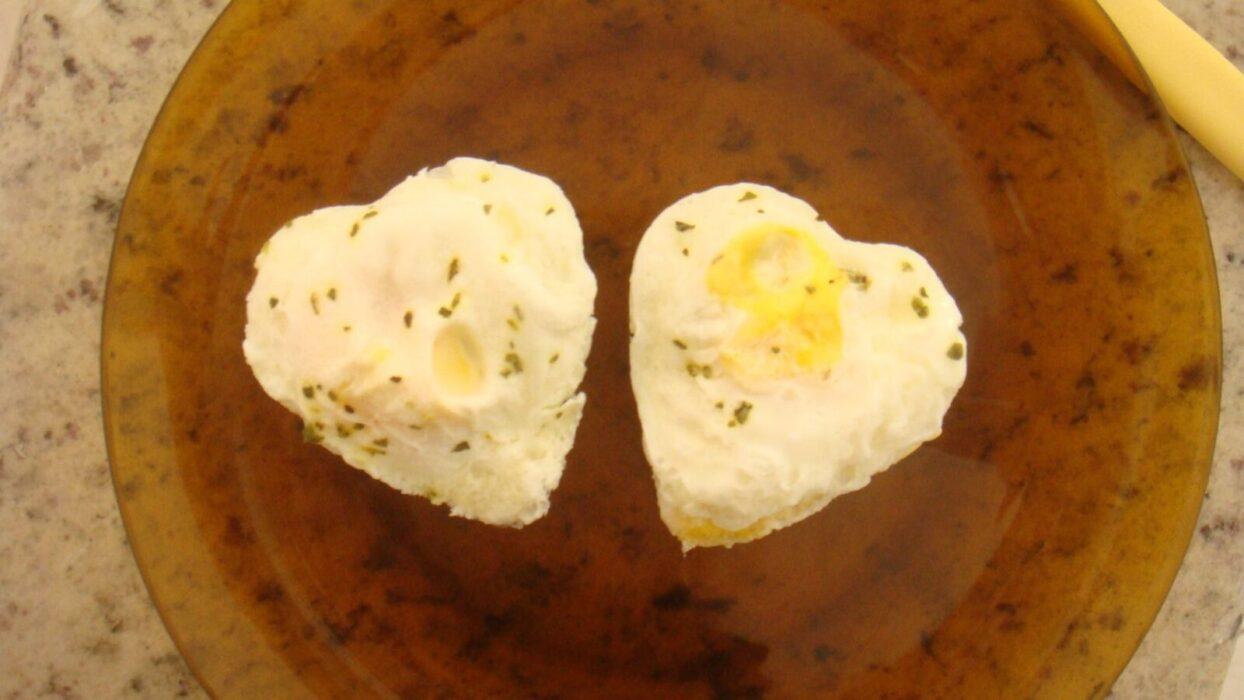 Você sabia que tem como fazer ovo frito no micro-ondas? Aprenda a fazer e não se queime mais com óleo!