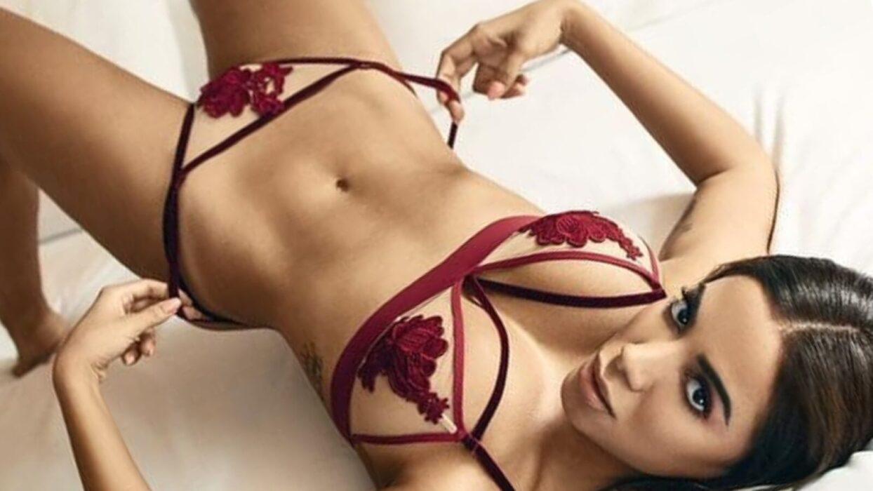 Anitta posa de shorts aberto em ônibus e acaba mostrando demais: