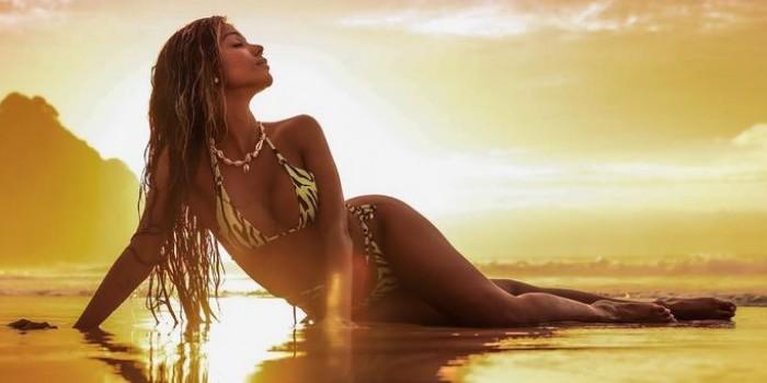 Brunna Gonçalves surge mergulhando no mar e corpão enxuto surpreende