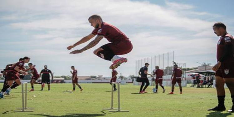 Atlético GO realiza treino e embarca para Argentina