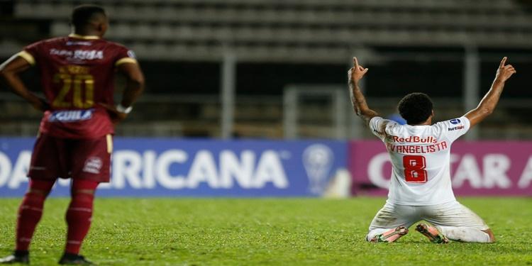 Bragantino vence Tolima de virada e segue na Sul - Americana