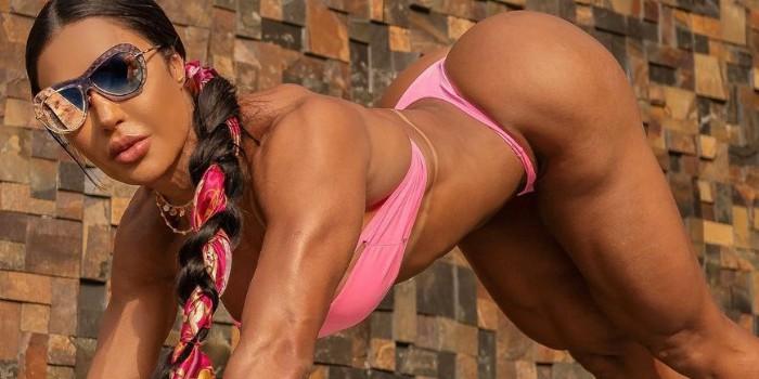 Bem acompanhada, Gracyanne Barbosa surge com look coladinho e detalhe chama atenção