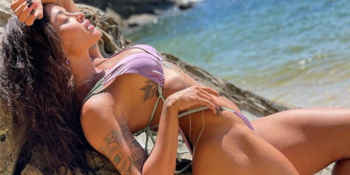 Aline Riscado dá empinadinha estratégica na praia e comissão traseira chama atenção