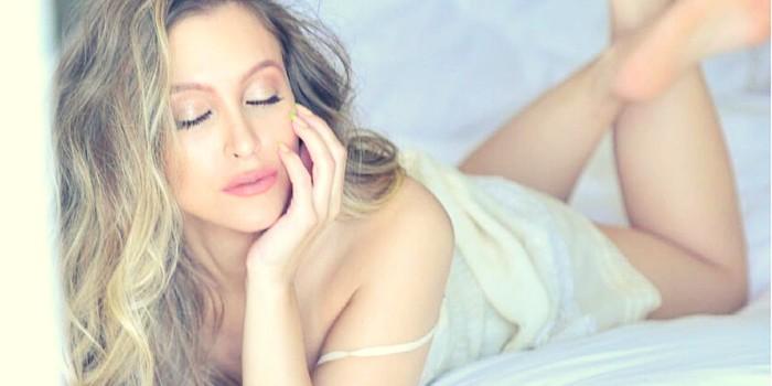 Carla Diaz é fotografada na cama e brinca com a imaginação dos fãs