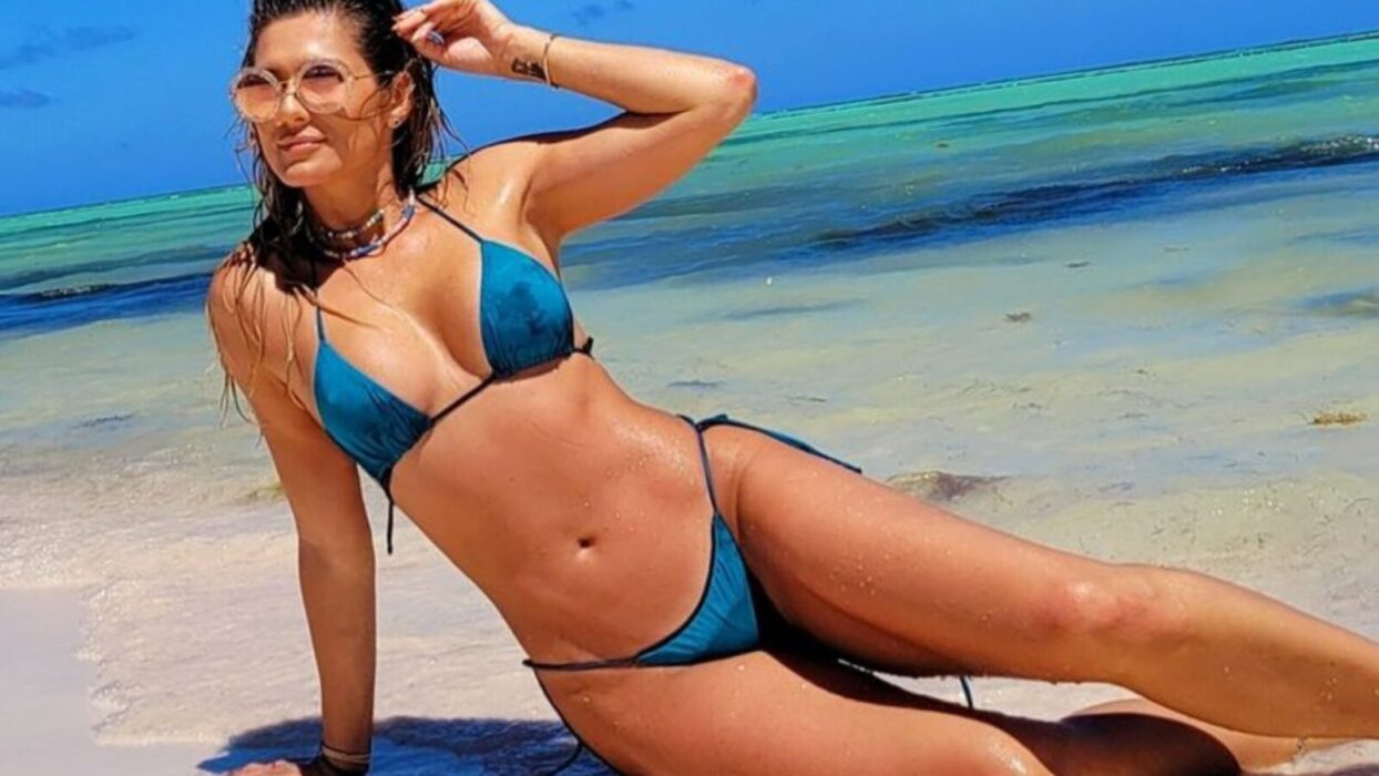 Esbanjando ousadia, Lívia Andrade curte dia de praia com biquíni fio dental azul
