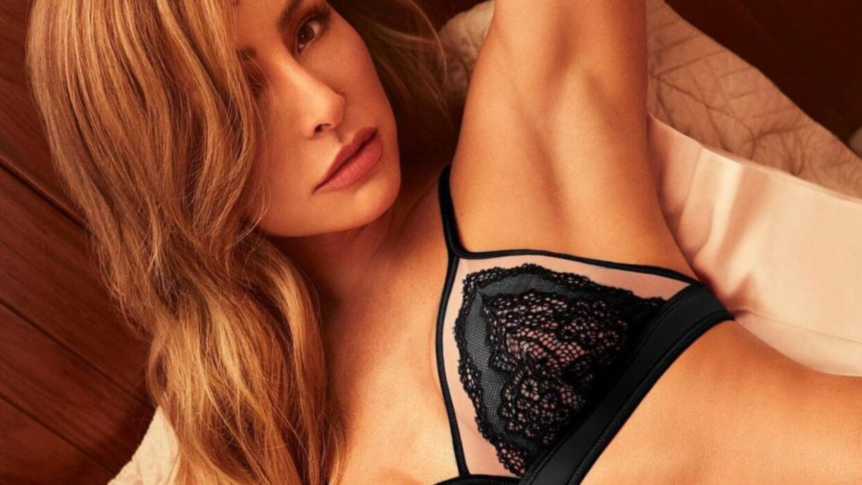 Sabrina Sato posa na cama de lingerie transparente e deixa indireta para dia dos namorados